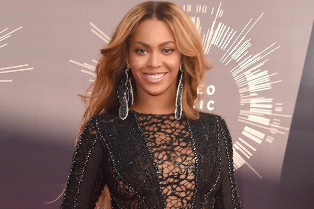 Beyonce Without Bra in Transparent Sexy Dress