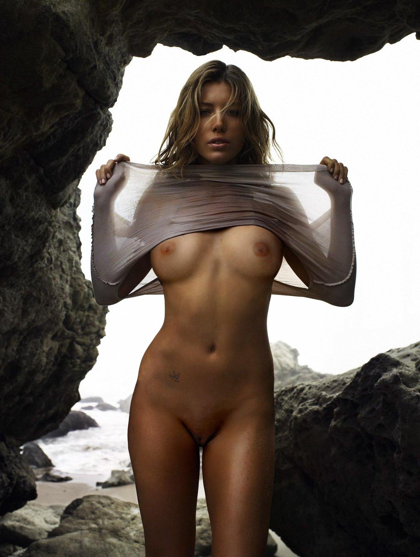 Jessica Biel Shows her Nude Beautiful Body