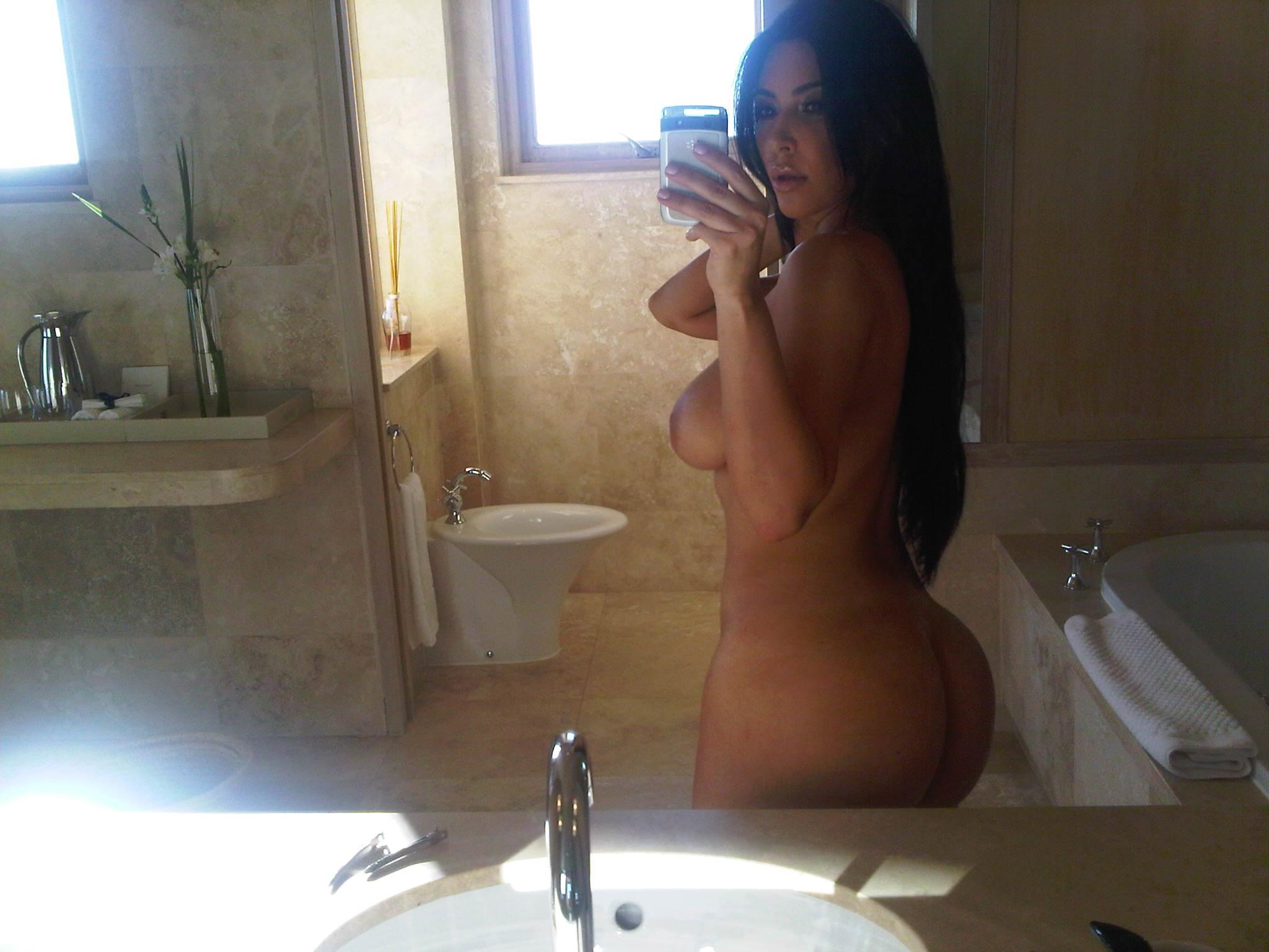 Kim Kardashian Nude Booty Selfpic