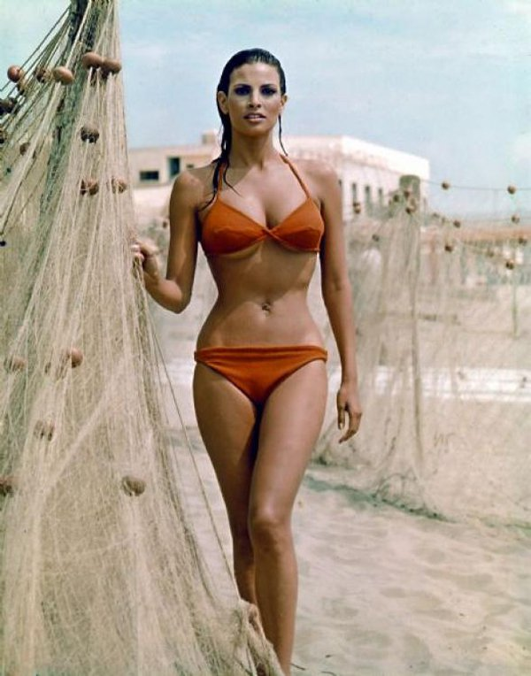 Raquel Welch Hot Posing In Bikini While Holding A Fishing Net