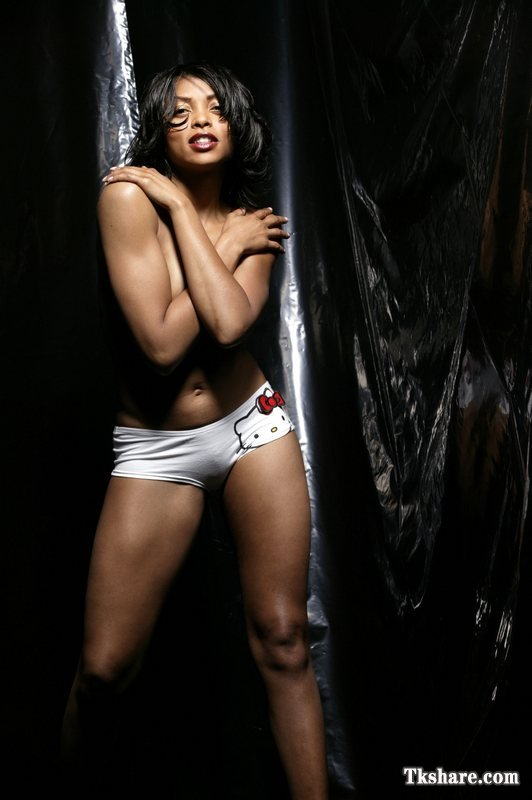 Taraji P. Henson Shows Camel Toe While Trying To Cover Up Her Tits